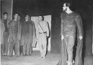 Mit der Aufführung der Antigone in griechischer Sprache wird die Vorkriegstradition großer Theateraufführungen wieder aufgenommen, 1953
