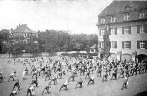 Freiübungen auf dem Schulhof, 1909