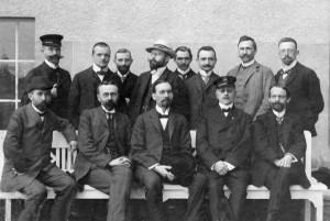 Das Lehrerkollegium (Lehrer und Hausväter) des Arndt-Gymnasiums, aufgenommen am 20. April 1910 obere Reihe von links: Heering, Dr. Dumrese, Dr. Melcher, Dr. Gentzen, William, Liebmann, Dr. Wendland, Pleißner untere Reihe von links: Hoppe, Dr. Brand, Dr. Kremmer (Direktor und Schulleiter) Dr. Goetze, Dr. Hildebrand