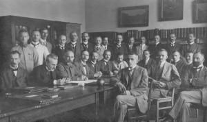 """Das Lehrerkollegium 1919, obere Reihe, stehend, von links nach rechts: Reich, Dr. Gotthard (""""Frettchen""""), unbekannt, Dr. Köhler, Erdmann (""""Glocke""""), Dr. Edgar Richter, Dr. Marczynski, unbekannt, Dr. Liebenberg (?), Lüders (?), Schultz (""""Onkel Su""""), Schmidt (""""SM""""), Eichbaum (""""Zeichbaum""""), Jesse untere Reihe, sitzend, von links nach rechts: Walk, Prof. Dr. Brandt (""""Schleiereule""""), Dr. Hoppe, Direktor Dr. Kremmer, Prof. Dr. Hildebrandt, Dr. Liebmann (""""Unke""""), Prof. Dr. Gentzen, Dr. Schaeffer (""""Stachel"""") Dr. Nietzold, Dr. Kuntze (""""Kuli""""), Dr. Dumrese, Bayer, Dr. Melcher (""""Pott"""")"""